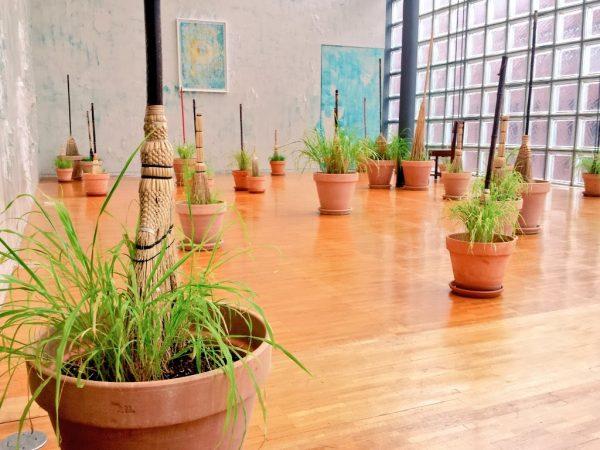 Un'installazione di Michel Blazy alla maison Hermés di Ginza