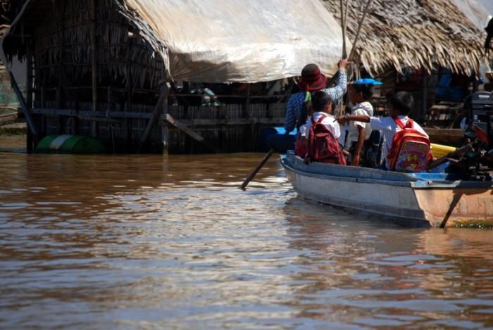 Viaggio in barca sul Tonle Sap: Bambini diretti a scuola