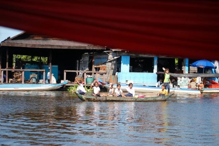 In barca sul lago Tonle Sap: Bambini diretti a scuola