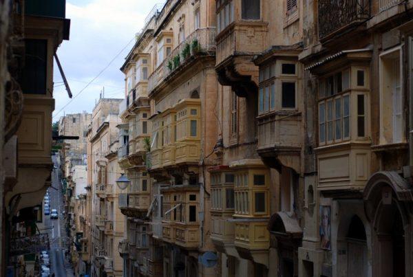 La Valletta e i suoi vertiginosi saliscendi