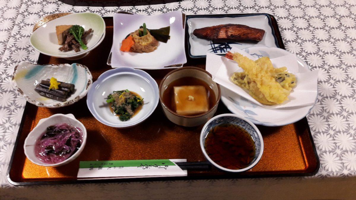 Un esempio di cena tradizionale: tsukemono (verdure fermentate), pesce, tempura, tofu. Sempre accompagnati da zuppa di miso e riso (foto di Patrick Colgan, 2018)
